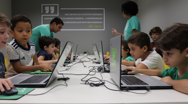 Happy Code lança cursos on-line para que escolas possam ensinar programação durante pandemia
